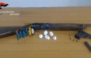Nascondeva nel bagno cocaina ed armi con matricole abrase: arrestato 32enne
