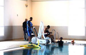 La piscina comunale di Ostuni si dota di un sollevatore per disabili