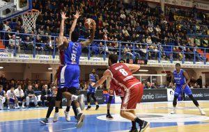 Brindisi bagna con una vittoria la prima gara dell'anno. Varese sconfitta per 95-90 all'overtime