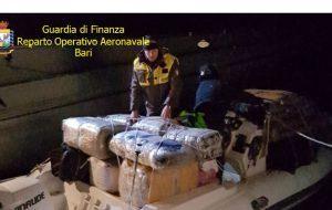 La Finanza blocca due gommoni carichi di marijuana: sequestrati 2300 Kg, arrestato trafficante brindisino