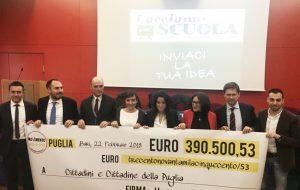 """Restitution Day. M5S consegna ai pugliesi nuovo maxi assegno da 390 mila euro. """"Nuovi fondi per progetti dedicati alle scuole"""""""
