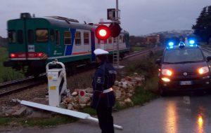 Cade sbarra del passaggio a livello: l'intervento della Polizia Locale evita incidenti