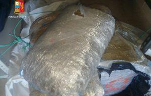 Un pacco con 27 Kg di marijuana galleggia a pochi metri dalla riva: recuperato e sequestrato dalla Polizia di Ostuni