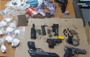 Nel box seminterrato 2,4 Kg di droga, tre fucili, sei pistole e centinaia di proiettili
