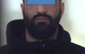 Simula malore per sviare i carabinieri: nel tubo di scarico del water aveva 100 grammi di cocaina. Arrestato insieme alla compagna.