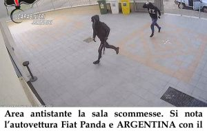 Assalto armato al centro scommesse: i Carabinieri arrestano 3 rapinatori