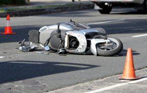 Alla vista dei Carabinieri cadono dallo scooter rubato, poi scappano per i vicoli del centro