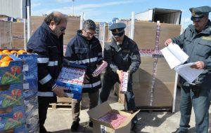 Sotto le casse di arance trasportava 6,5 tonnellate di sigarette: camionista lettone fermato nel porto di Brindisi