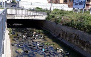 Degrado a Brindisi: un fiume di gomme nei pressi della Questura