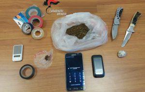 In casa 26 grammi di marijuana, un bilancino e due coltelli: arrestato