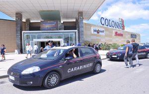 Furto di cioccolate e deodoranti al supermercato del centro commerciale: denunciata coppia di rumeni