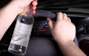 Ubriaco al volante sbatte contro un pilastro: denunciato