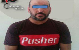 """In giro con la maglietta """"Pusher"""" e mezzo Kg di droga da vendere: arrestato"""