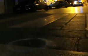 Agguato in pieno centro tra centinaia di persone: commando in scooter spara tre colpi di pistola contro un 23enne