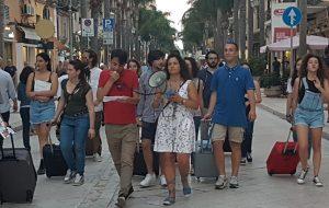 Non vogliamo più essere costretti a dover partire: il flash mob dei giovani per le vie del centro