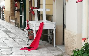 Scarpe rosse contro la violenza sulle donne nel centro di Mesagne