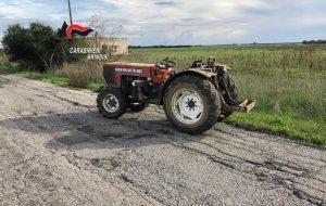 Puntano pistola in faccia ad un agricoltore per rubare il trattore