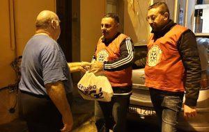 Casapound dona alimenti alle famiglie in difficoltà