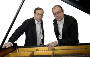 """BrindisiClassica: giovedì 8 """"Quattro mani all'opera"""", concerto del duo pianistico Aurelio e Paolo Pollice"""