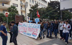 Studenti in Piazza contro il Governo. A Brindisi incontro con il Presidente Rossi