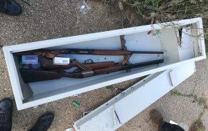 Inseguimento sulla strada per Apani: la Polizia ferma un auto, al suo interno una cassaforte con tre fucili