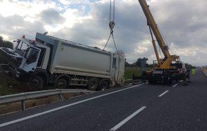 Scontro tra compattatore e due furgoni: un morto sulla statale