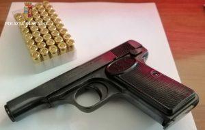 In casa pistola con matricola abrasa e 50 pallottole: arrestato 46enne
