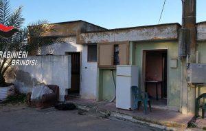 Blitz dei Carabinieri in un casale di periferia: 50 extracomunitari vivono nel degrado più assoluto. Un arresto