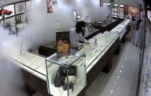 Rapina a centro commerciale: tre brindisini incastrati da DNA e immagini