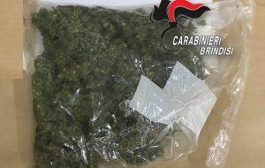 51enne agli arresti domiciliari sorpreso con 190 grammi di marijuana in una borsa frigo: arrestato