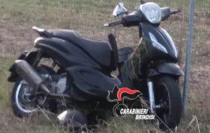 Ala guida di uno scooter non si ferma all'alt, ingaggia un inseguimento con i Carabinieri e si stampa contro un auto: arrestato