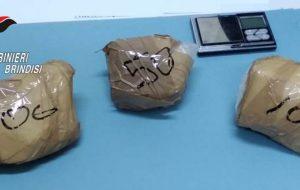 Incrocia i carabinieri e butta via tre involucri: dentro c'erano 250 grammi di cocaina