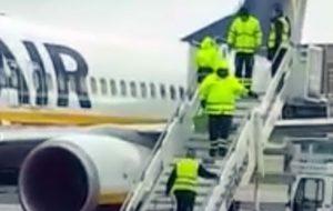 Arriva il de-icing all'Aeroporto di Brindisi ma è lite tra M5S e Forza Italia