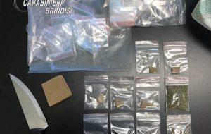 Arrestato ambulante 22enne: in casa aveva 1.795€ in contanti e 90 grammi tra hashish e marijuana suddivisi in dosi.