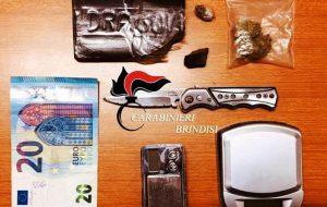 84 grammi di fumo nel cassetto della scrivania: arrestato 28enne
