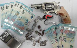 Si aggira nel centro commerciale armato, con droga e soldi falsi: arrestato pregiudicato napoletano