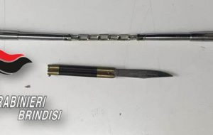 """51enne trovato in possesso di un """"nunchaku"""" e un """"coltello a farfalla"""": denunciato"""