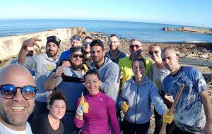 """Quando il cambiamento parte dalle comunità: è nato """"Puliamo il mare Brindisi"""", il gruppo dei cittadini che protegge la costa"""