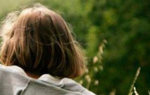 Bimba di due anni lasciata da sola nel giardino senza recinzione. Un automobilista la ritrova sul ciglio della strada. Genitori denunciati.