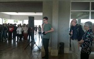 Nell'atrio esterno del Marzolla di Brindisi solidarietà alla docente di Palermo