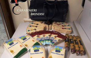Ruba 23 pezzi di formaggi e salumi: 36enne romena arrestata all'uscita di un supermercato