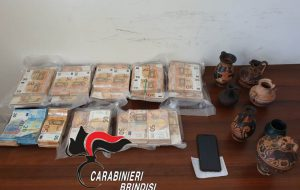 Scoperto il tesoro della famiglia Bruno: 350.000€ in contanti nascosti tra ulivi secolari, greggi di pecore e fieno