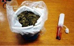 27enne in giro con la droga in un bicchiere nascosto nei pantaloni: arrestato