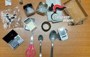 In casa coca, fumo, mannite e bilancino: arrestato 46enne