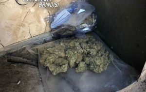 Nasconde erba e fumo nella cassetta del contatore del gas: arrestato bracciante agricolo