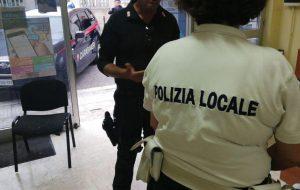 Carabinieri e Polizia Locale presidiano l'area antistante la Stazione Ferroviaria di Brindisi