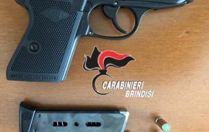 Si spaccia per Carabiniere e mostra un'arma giocattolo: si becca due denunce