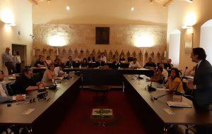 Francavilla: il Consiglio comunale monotematico approva la mozione sull'emergenza rifiuti