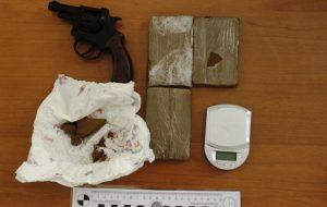 Pregiudicato scoperto con pistola modificata e 270 grammi di droga
