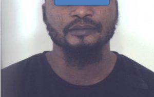 Senza biglietto, si rifiuta di scendere dal bus e si scaglia contro l'autista: arrestato nigeriano